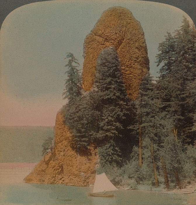 Rooster Rock, curiosa formazione rocciosa lungo il fiume Columbia, Oregon, 1902. Artisti: Elmer Underwood, Bert Elias Underwood. da Underwood and Underwood